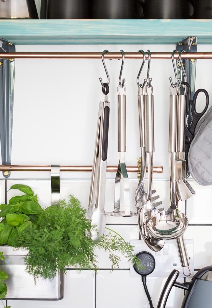 kitchen-utensils-herbs