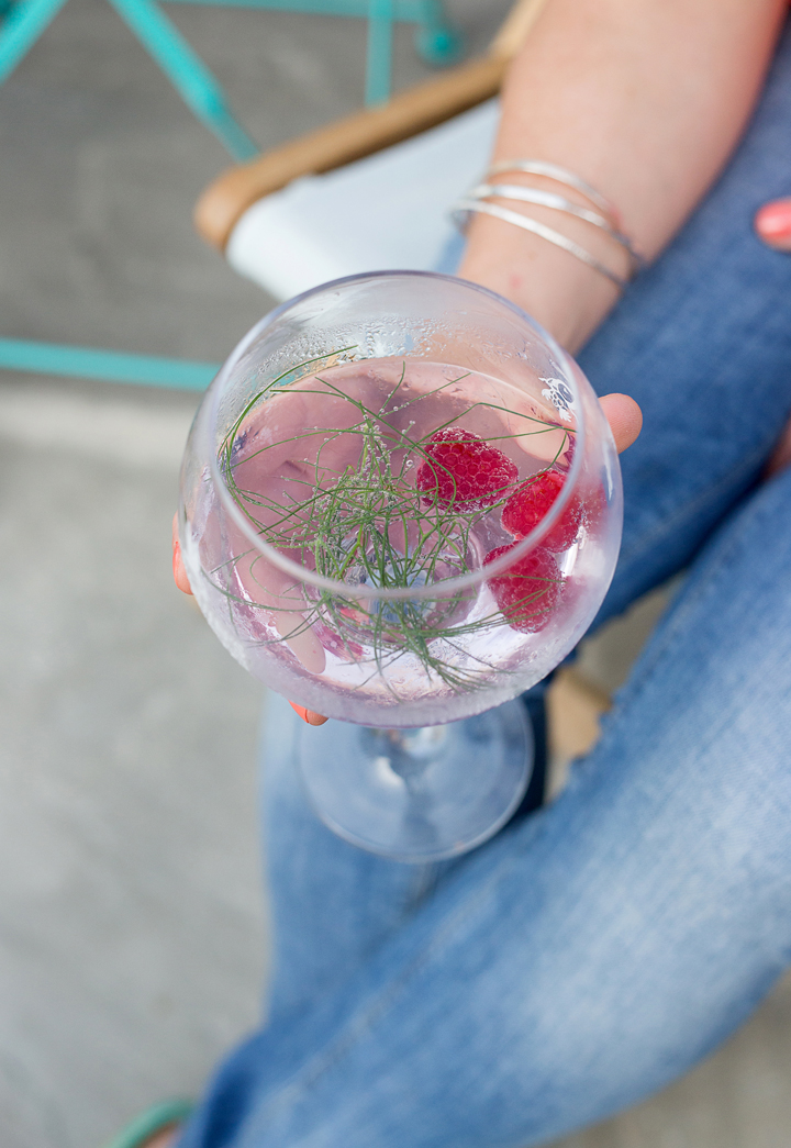 lifestyle-gin-raspberries-summer