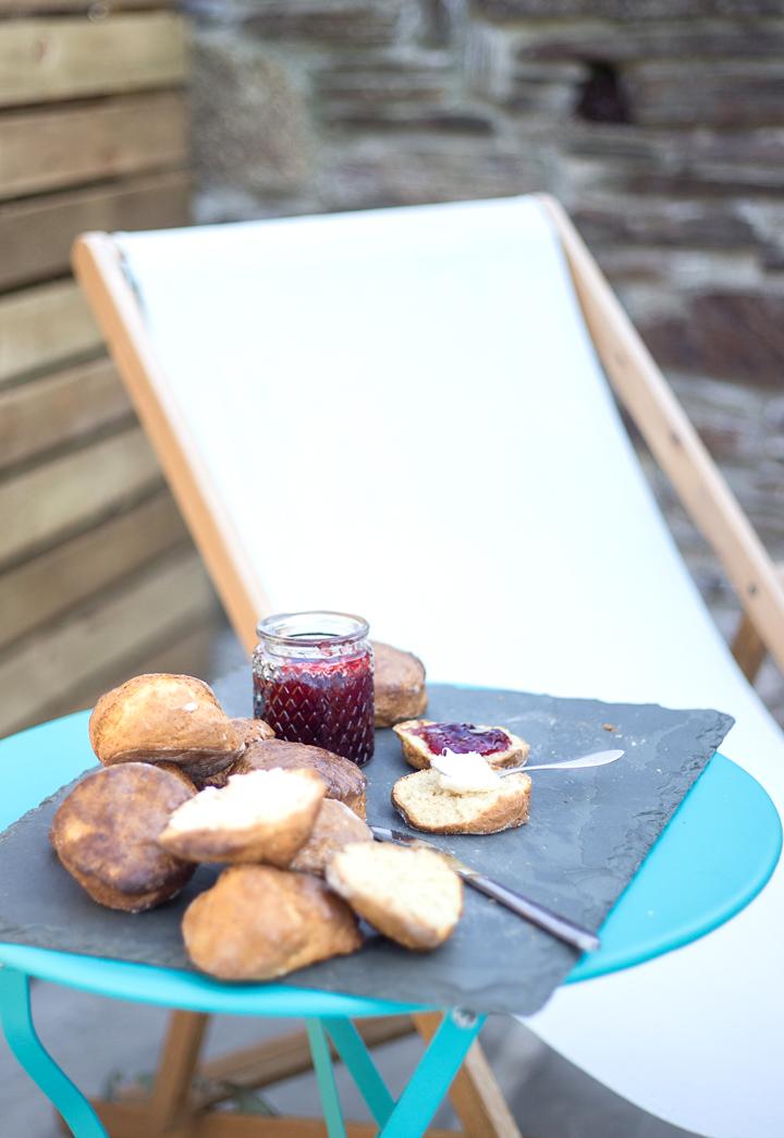 lifestyle-outdoors-seating-cornish-scone