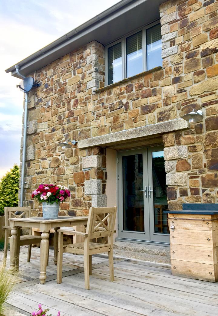 outdoors-bullpen-cottage-sundeck